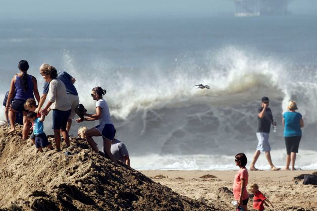 Huge waves wow throngs in Southern California